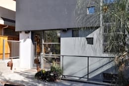 rear facade: modern Houses by E3 Architecture Inc.