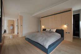 House M:  臥室 by 六相設計 Phase6