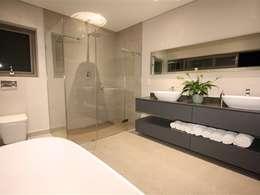 Bathroom: minimalistic Bathroom by E2 Architects