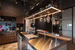 Cocinas de estilo industrial por 珞石設計 LoqStudio