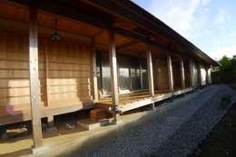 ระเบียงและโถงทางเดิน by 建築設計事務所 山田屋