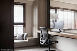 Projekty,  Domowe biuro i gabinet zaprojektowane przez 思維空間設計
