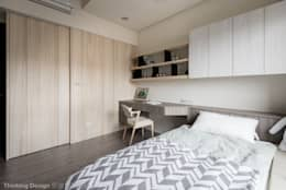 Habitaciones de estilo moderno por 思維空間設計
