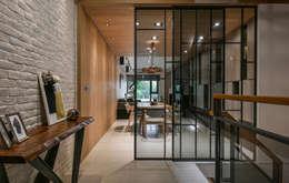 住宅   透天老屋 T House:  客廳 by 匯羽設計 / Hui-yu Interior design