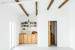 Cocinas de estilo rústico por Arkstudio