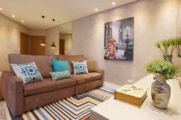 غرفة المعيشة تنفيذ Serra Vaz Arquitetura e Design de Interiores