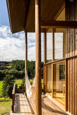喜連川・桜ヶ丘の家: 中山大輔建築設計事務所/Nakayama Architectsが手掛けたベランダです。