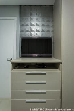 classic Bedroom by Cris Nunes Arquiteta