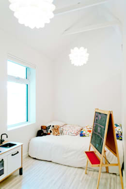Our House: minimalistic Nursery/kid's room by Solares Architecture