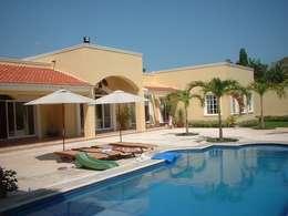 CASA AMARILLA / YELLOW HOUSE : Albercas de estilo ecléctico por SG Huerta Arquitecto Cancun