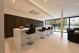 Mr & Mrs Wright: modern Kitchen by Diane Berry Kitchens
