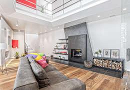 Salas de estilo moderno por SANTACROCEARCHITETTI