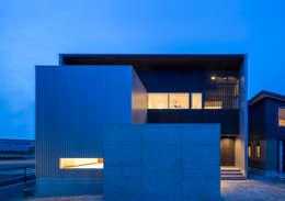 外観(夕景): 中村建築研究室 エヌラボ(n-lab)が手掛けた家です。
