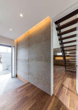 玄関ホール: 中村建築研究室 エヌラボ(n-lab)が手掛けた玄関・廊下・階段です。