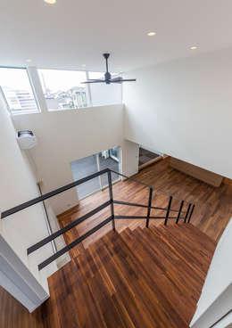 リビング吹き抜け: 中村建築研究室 エヌラボ(n-lab)が手掛けた玄関・廊下・階段です。