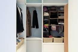 Vestidores y closets de estilo moderno por 微自然室內裝修設計有限公司
