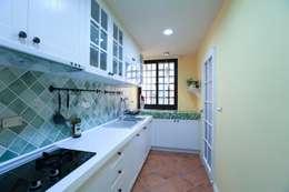 彩色繽紛居:  廚房 by 微自然室內裝修設計有限公司