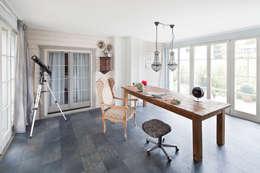 Estudios y oficinas de estilo clásico por Müllers Büro