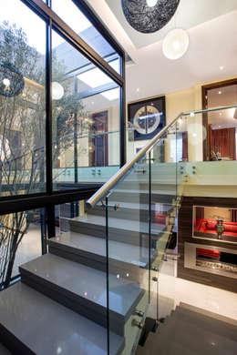 Couloir et hall d'entrée de style  par FRANCOIS MARAIS ARCHITECTS
