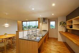 modern Kitchen by 株式会社kotori