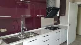 DEKOREVİ İÇ MİMARİ İNŞAAT TURİZM SAN. VE TİC. LTD. ŞTİ. – mutfak dolabı polimeric laminant: modern tarz Mutfak