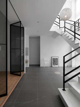 Projekty,  Korytarz, przedpokój i schody zaprojektowane przez 夏沐森山設計整合