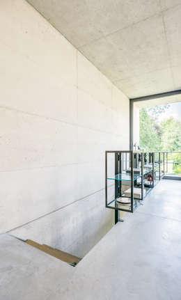 OPEN EYE IN THE GARDEN: moderne Woonkamer door ZOOM.INDUSTRIES