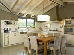 rustic Kitchen by DEULONDER arquitectura domestica