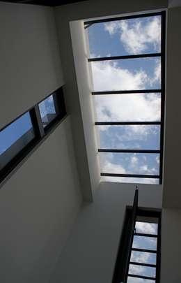 Pasillos y recibidores de estilo  por 大也設計工程有限公司 Dal DesignGroup