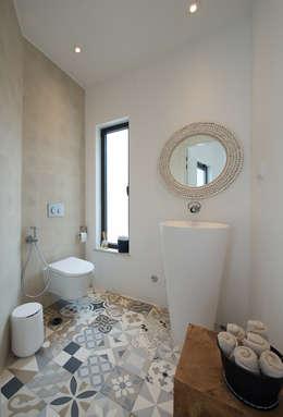 CASA CAPRICORNIUS: Casas de banho modernas por studioarte