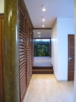 Pasillos, vestíbulos y escaleras de estilo  por Cia de Arquitetura