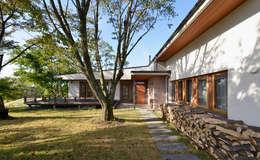 エントランスアプローチ: 株式会社シーンデザイン建築設計事務所が手掛けた家です。