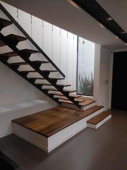 Pasillos y hall de entrada de estilo  por Cláudia Legonde