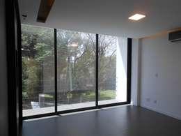 Dormitorios de estilo moderno por Cláudia Legonde