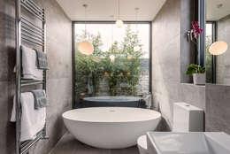 Phòng tắm by The Crawford Partnership