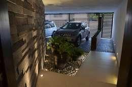 RESIDENCIA SAVOTINO: Garajes de estilo moderno por TREVINO.CHABRAND | Architectural Studio