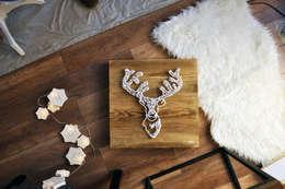 Obraz Świąteczny Życzenia Reniferów/ Scandinavian Country Natural/ 35x35cm: styl , w kategorii Salon zaprojektowany przez Malning Interior Tomasz Pabin
