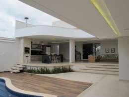 Jardines de estilo clásico por Cia de Arquitetura