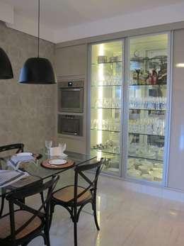 Cocinas de estilo clásico por Cia de Arquitetura