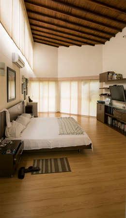 Alcoba Principal: Habitaciones de estilo tropical por Arquitectura Positiva