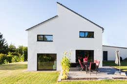 Versetztes Dach: moderne Häuser von plusEnergieArchitektur