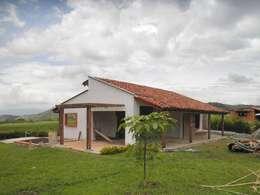 Casa Monte Arroyo: Casas de estilo rústico por Todos los Santos
