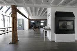 Woonboerderij / Stolpenboerderij: landelijke Woonkamer door Van der Schoot Architecten bv BNA