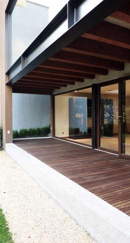 Casa Bosques: Casas de estilo moderno por Taller Plan A
