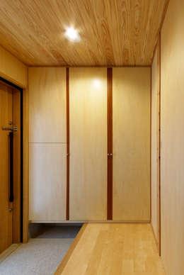 玄関ホール: 磯村建築設計事務所が手掛けた廊下 & 玄関です。