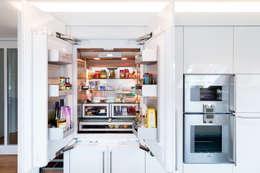 Amerikanischer Kühlschrank vollintegriert: moderne Küche von Klocke Möbelwerkstätte GmbH