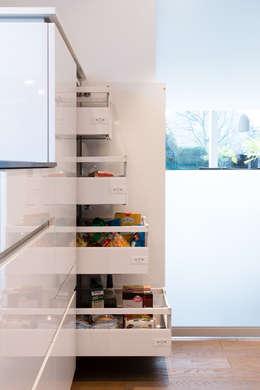 Vorratsschrank mit Innenauszügen: moderne Küche von Klocke Möbelwerkstätte GmbH