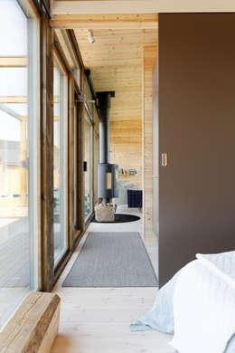 Pasillos, vestíbulos y escaleras de estilo moderno por Woody-Holzhaus - Kontio