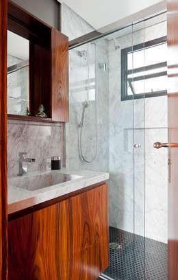 Baños de estilo  por INÁ Arquitetura