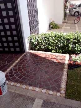Diseño de Jardín y Andador Padilla: Pasillos y recibidores de estilo  por Arqca
